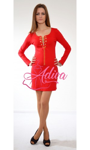 Červené šaty so zlatou retiazkou
